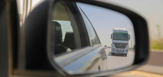 القيادة بامان بجانب النقل الثقيل